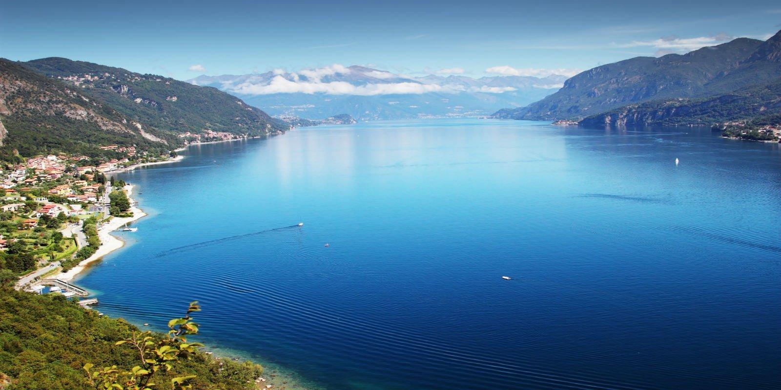 vista del lago e delle montagne