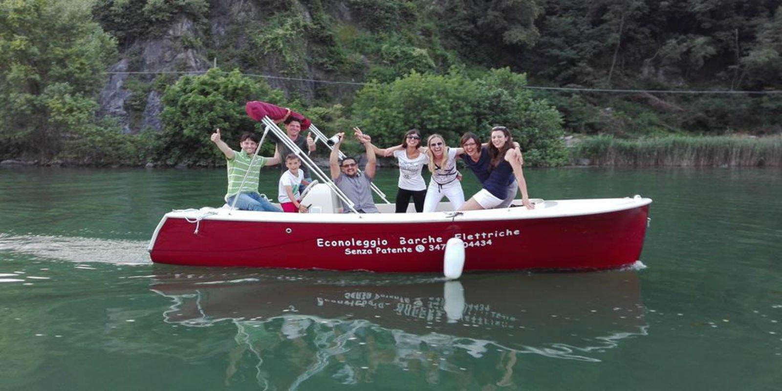 delle persone su una barca rossa in un lago