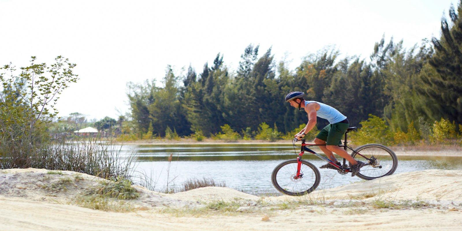 un ciclista con una mountain bike