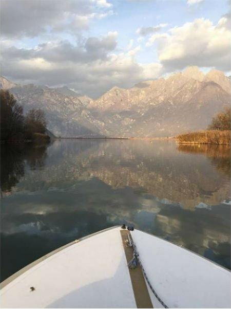 la prua di una barca e vista del lago