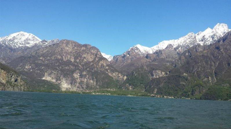 vista del lago mosso e delle montagne