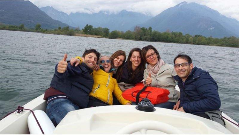 delle persone in posa per una foto su una barca