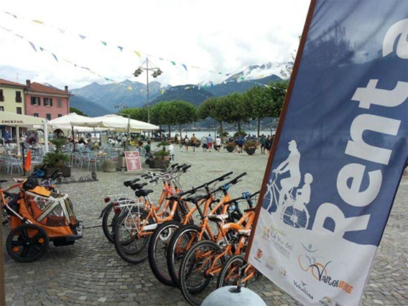 delle mountain bike arancioni e una bandiera con scritto rent