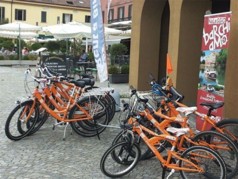 delle biciclette arancioni