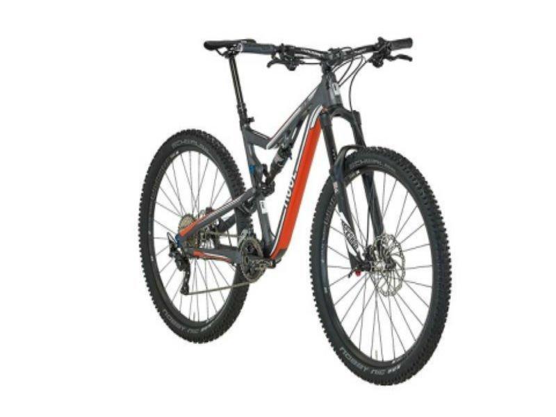 una mountain bike arancione e nera