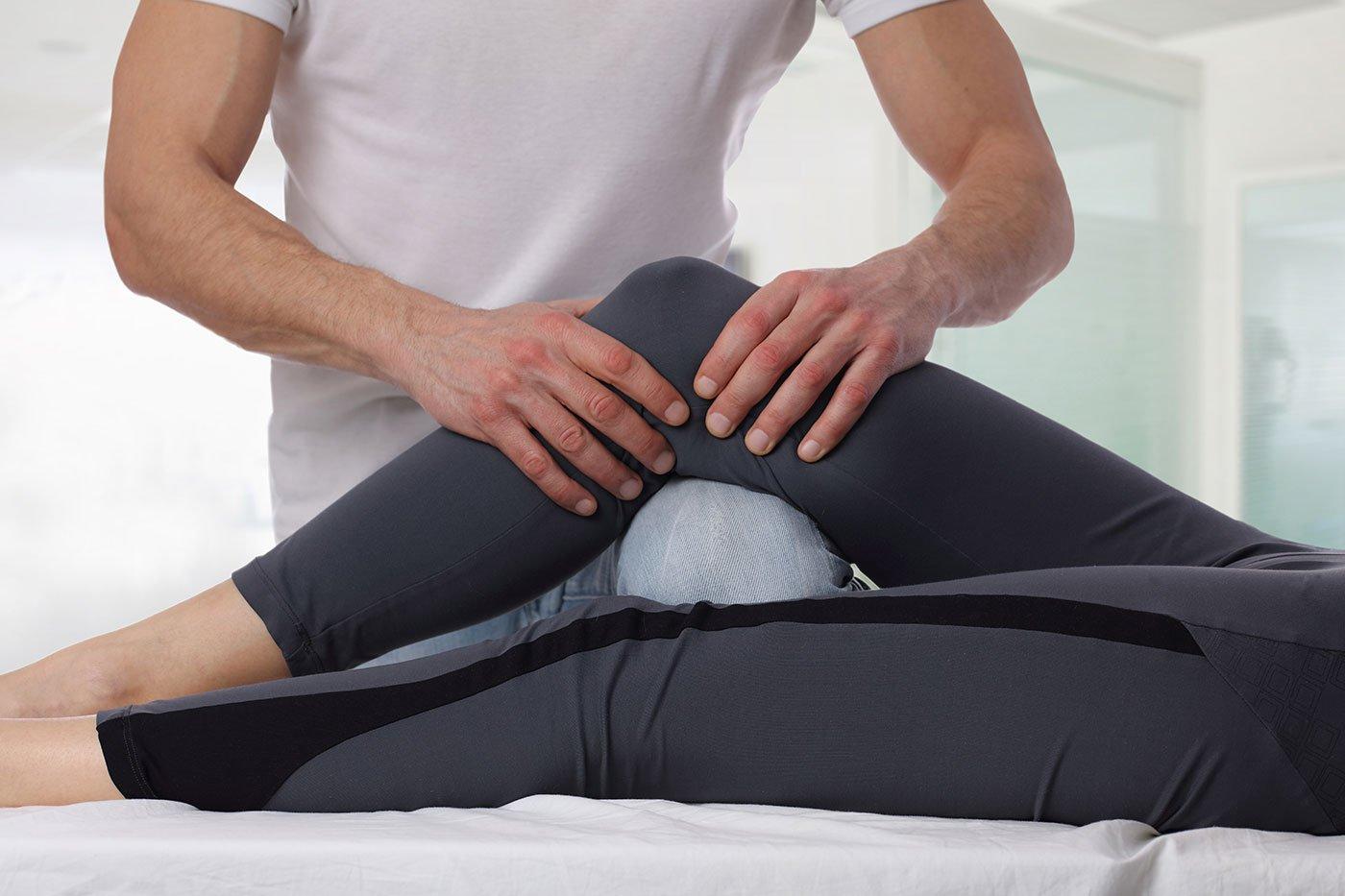 due mani che massaggiano il ginocchio di una donna