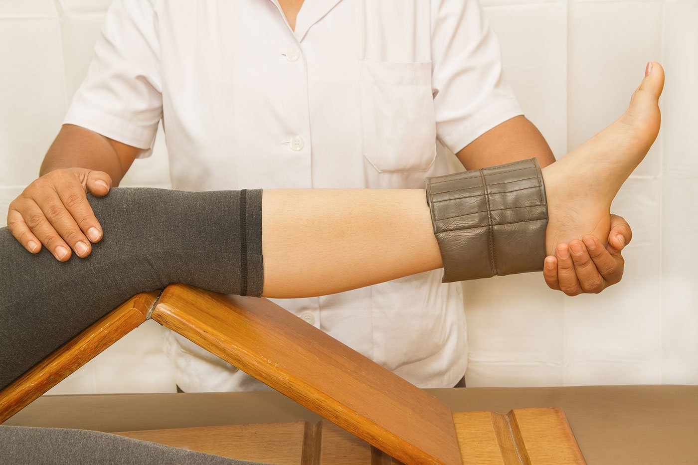 un fisioterapista che tiene la gamba di una donna