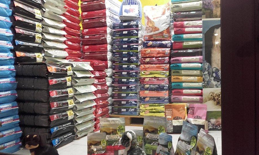 dei sacchi di mangime per animali