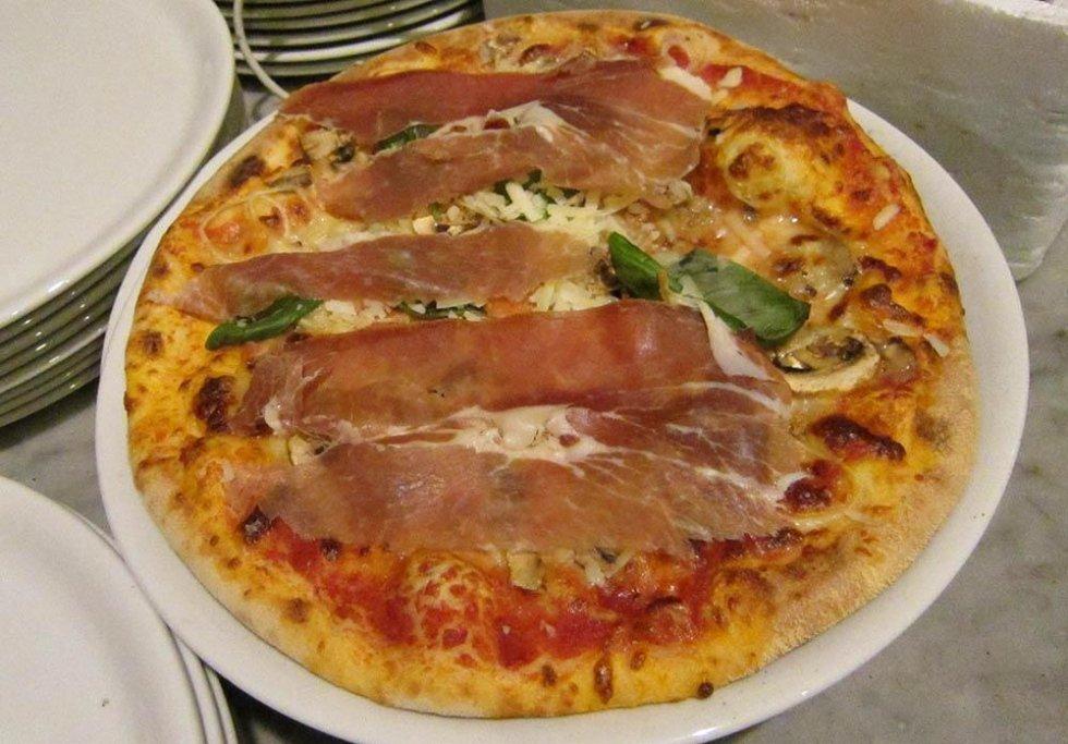 Pizza con prosciutto crudo