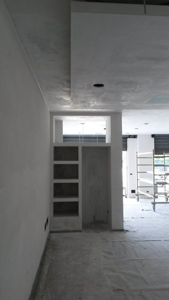 vista di un armadio bianco con scaffali