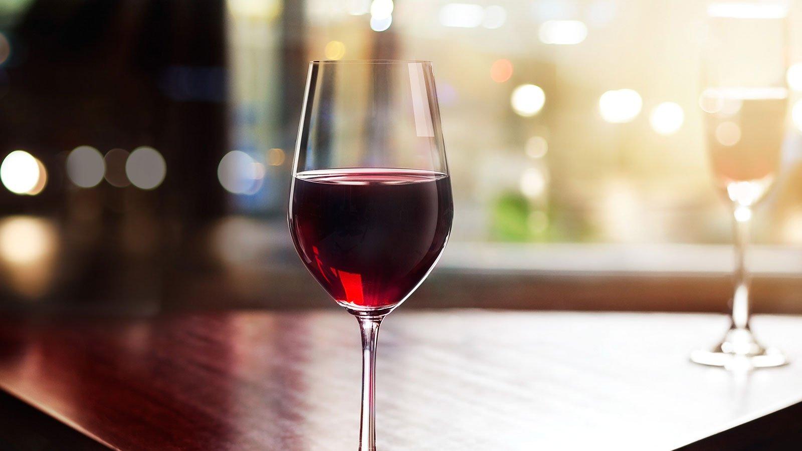 bicchiere di vino in camera divertente