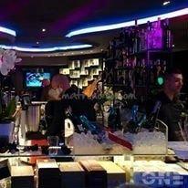 un bancone di un bar e un barista