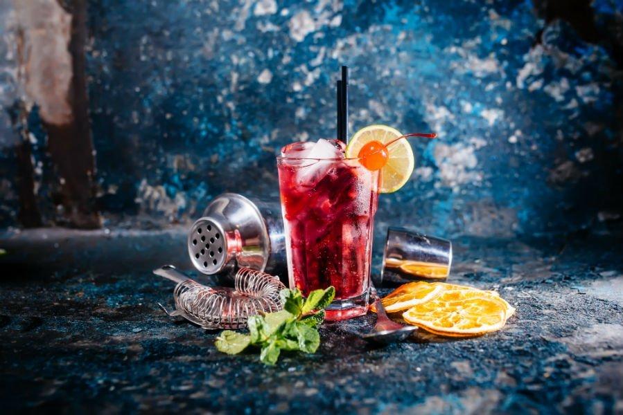 un bicchiere con un cocktail rosso