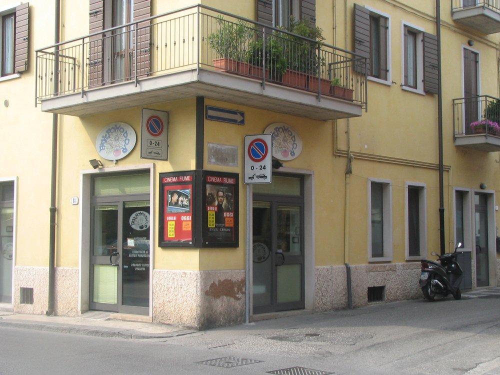 Esterno negozio PanePomodoro prodotti tipici Pugliesi a Verona