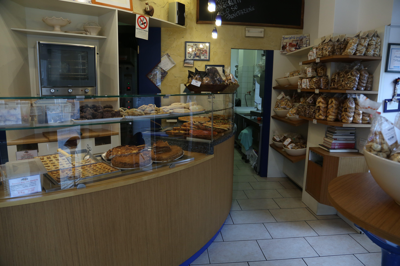 vetrina con pizze e prodotti da forno all'interno del locale Panepomodoro