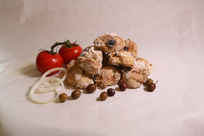 Dei pezzi di pane alle olive