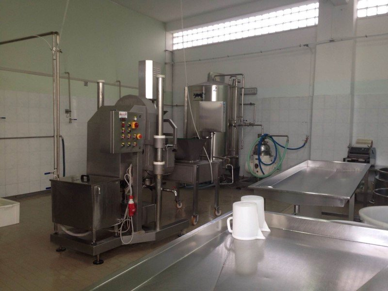 interno caseificio con macchinari per produzione latticini
