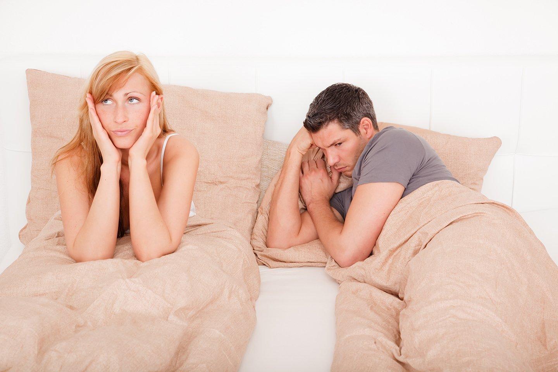 coppia a letto con donna insoddisfatta