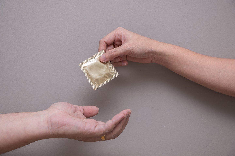 andrologo consegna un preservativo a paziente