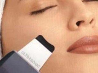 Pulizia viso con spatola ultrasonica