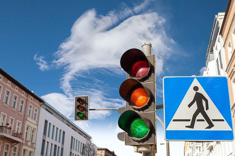 Incrocio con semaforo ed attraversamento pedonale segnaletica stradale Bologna