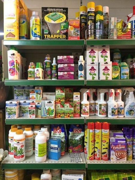scaffale con prodotti per il giardinaggio