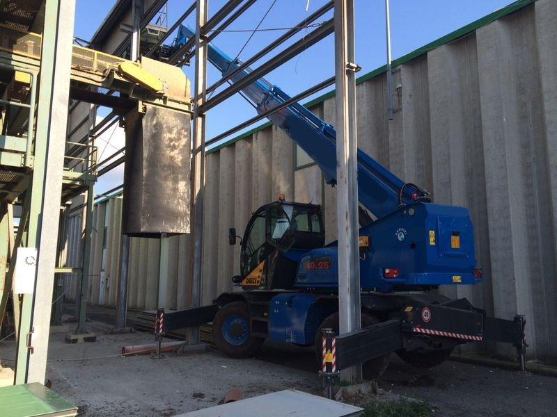 gru all'interno di una struttura industriale in demolizione