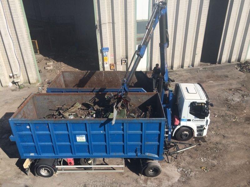 furgone impegnato nella raccolta dei materiali di scarto di una demolizione