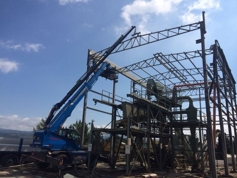 gru impegnate nella demolizione di una struttura industriale