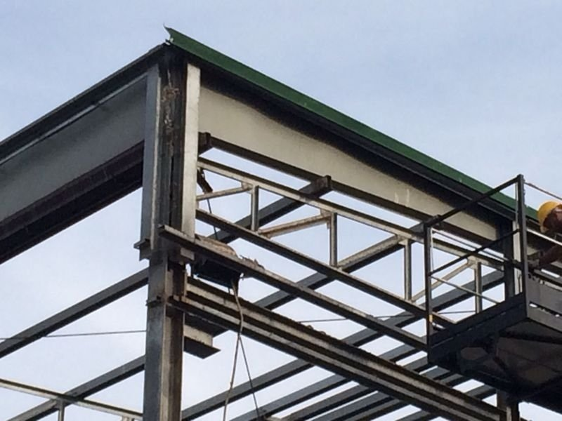 dettaglio di struttura industriale in fase di demolizione