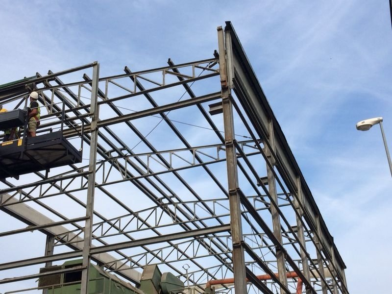 scheletro di struttura industriale in fase di demolizione