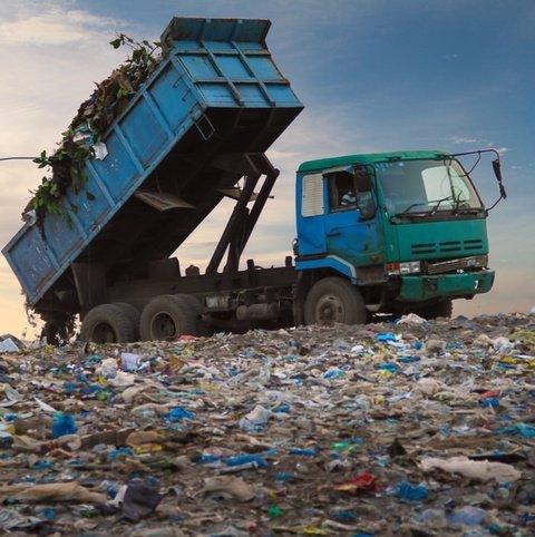 camion impegnato nello smaltimento di rifiuti