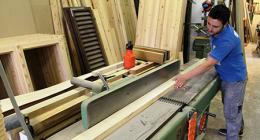 laboratorio falegnameria, taglio legname, lavorazione tavole legno