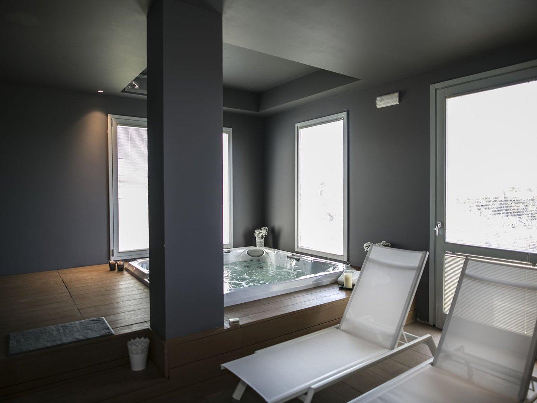vasca idromassaggio all'interno della spa