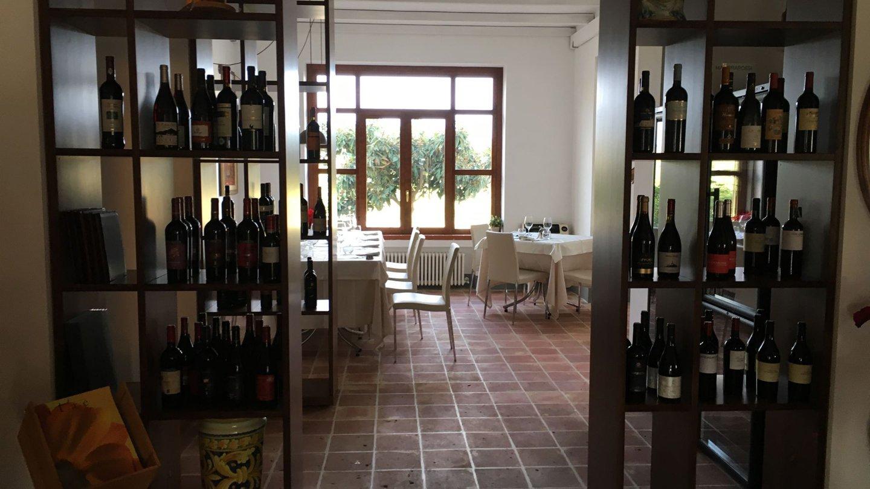 bottiglie di vini locali su scaffali