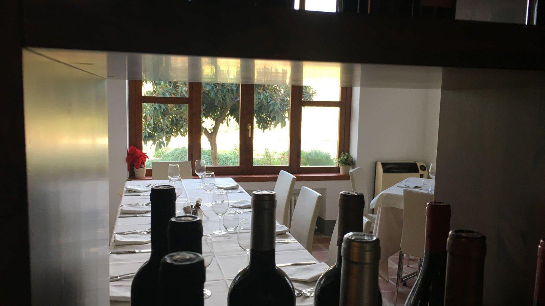 interno del ristorante con tavoli apparecchiati