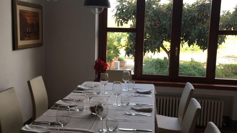 sala del ristorante con vista sul giardino