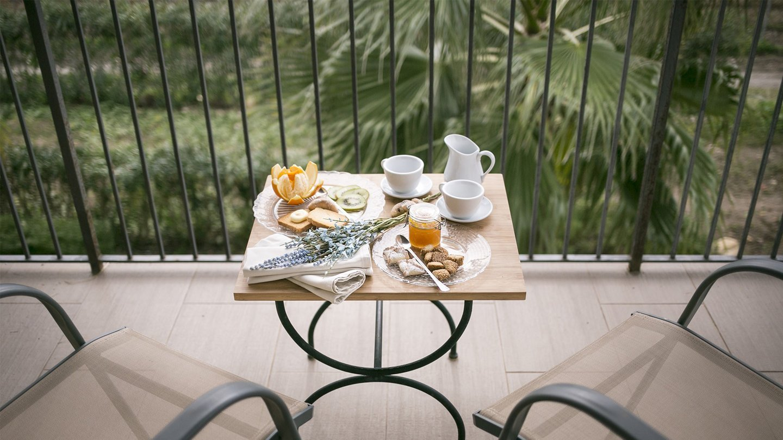 tavolino con colazione servita sul terrazzo