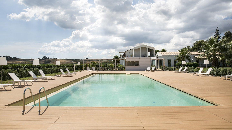 piscina con scaletta e trampolino del resort