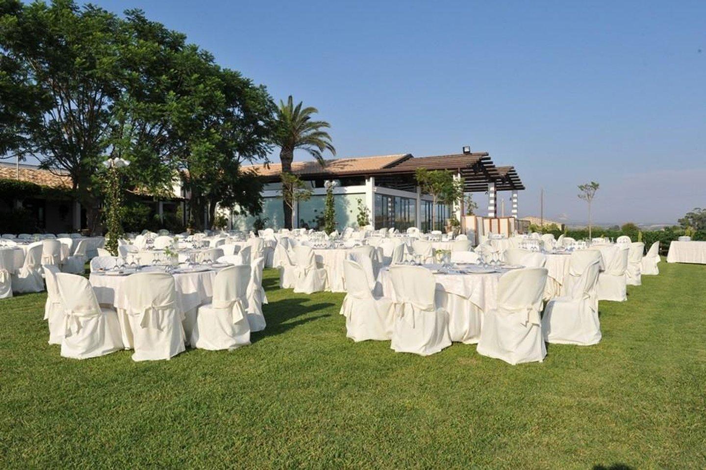 giardino del ristorante con tavoli apparecchiati per rinfresco
