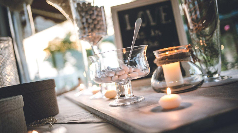 recipiente in vetro con confetti e candele accese