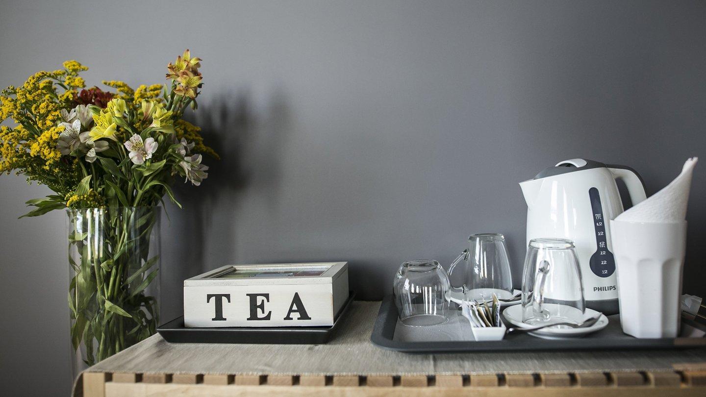 tavolino con tè, tazze e bollitore
