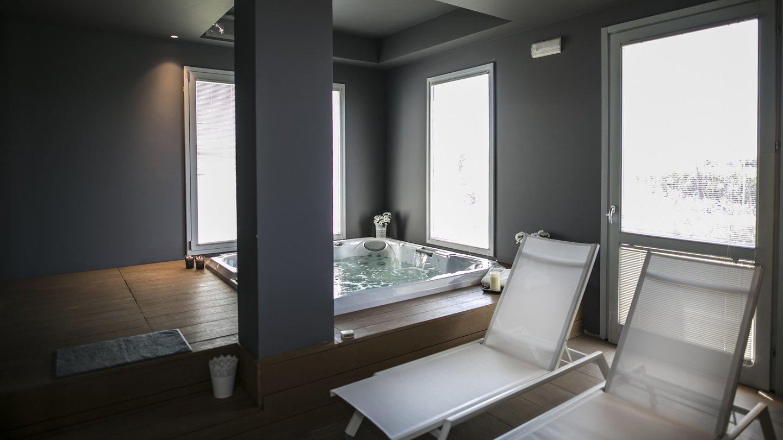 jacuzzi e lettini all'interno della spa