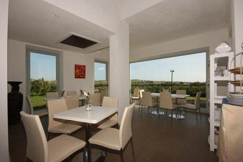 terrazza con tavolini del ristorante