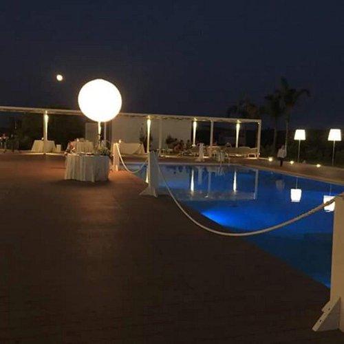 piscina del ristorante illuminata
