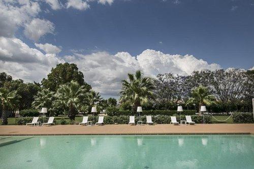 piscina e lettini del resort