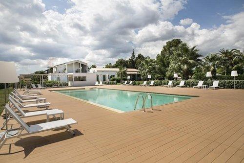 vista laterale della piscina e del giardino del resort
