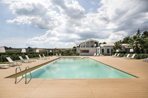 vista della piscina e del giardino del resort