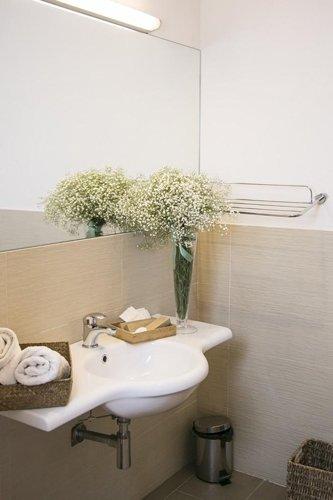 lavandino del bagno privato della camera matrimoniale