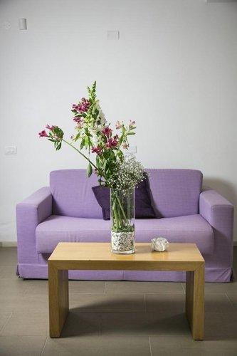 angolo relax con tavolino e divanetto lilla